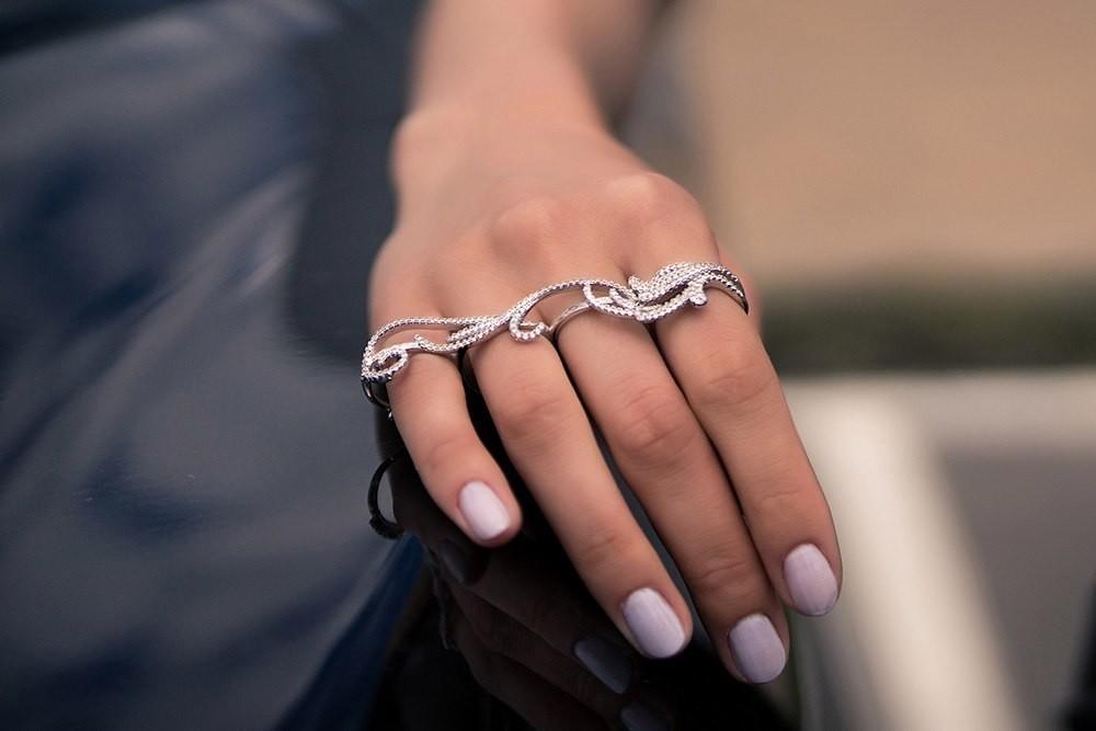 серебряное украшение на четыре пальца
