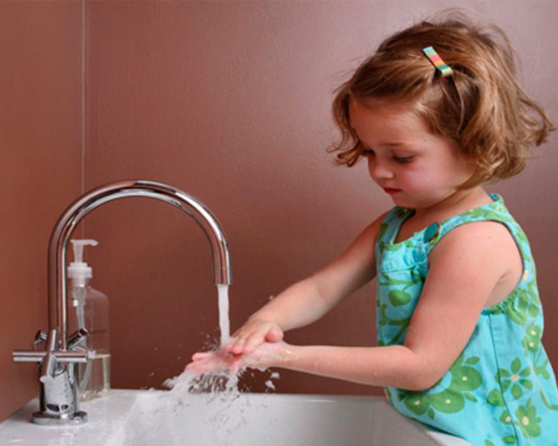 Девочка моет руки от глистов