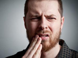 Для заболевания характерна боль возле пораженного зуба