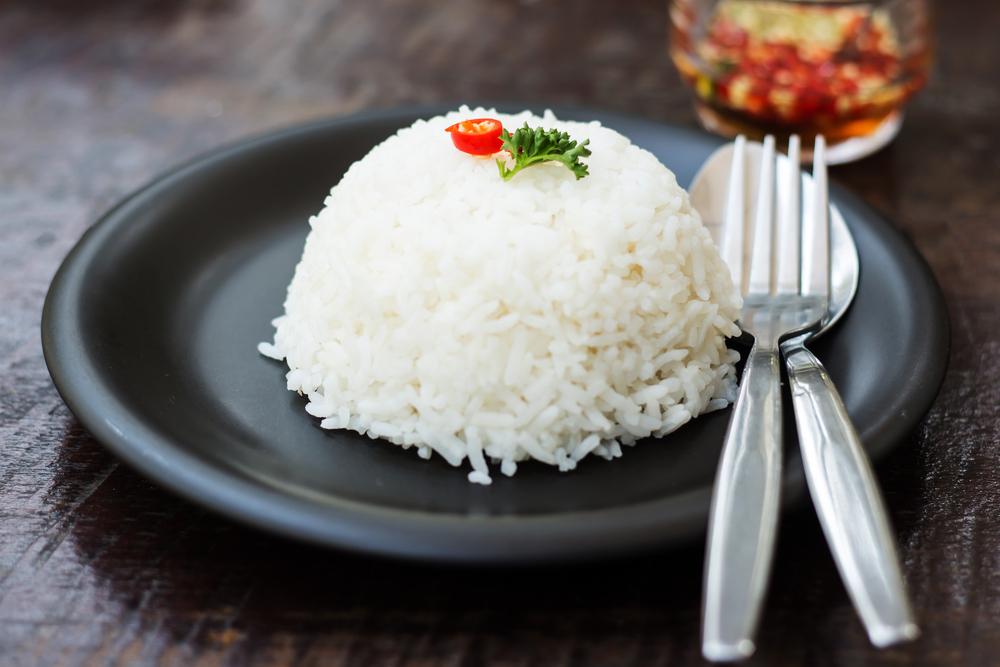 рисовая диета на чёрной тарелке