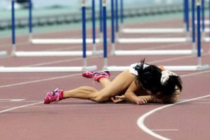 Перелом может возникнуть из-за падения, ДТП, остеопороз или сильной физической нагрузк