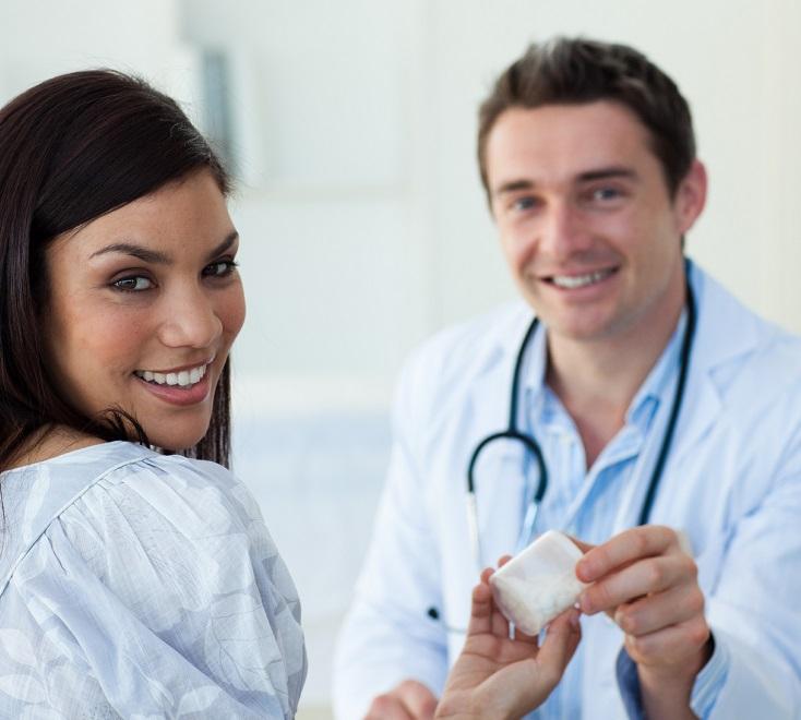 Врач назначает таблетки пациентке от вредителей