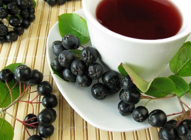 Чай из листьев черноплодной рябины: применение и польза
