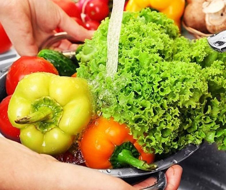 Мытье овощей для избежания заражения двуусткой