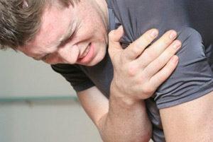 Самый главный признак вывиха плеча - сильная боль