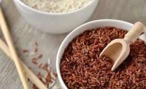 бурый рис в тарелке