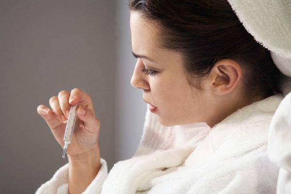 Симптоматика начинается с повышения температуры тела