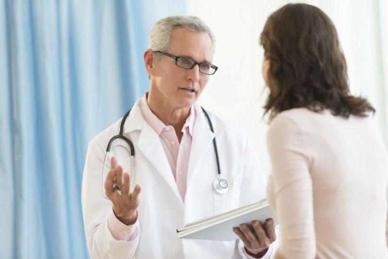 врач инфекционист назначает лечение