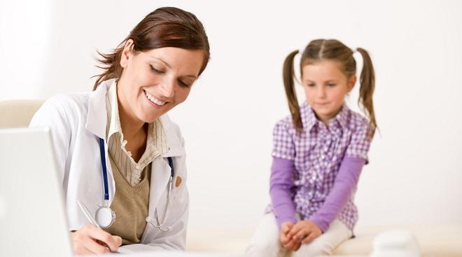 Врач назначает лечение ребенку при описторхозе