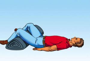Пострадавшего нужно положить на спину и слегка развести и согнуть ноги в коленях