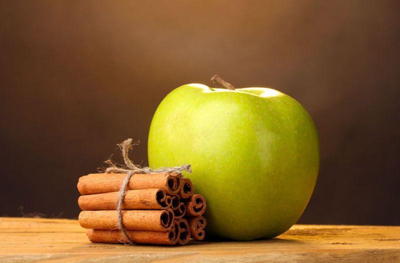 корица и яблоко