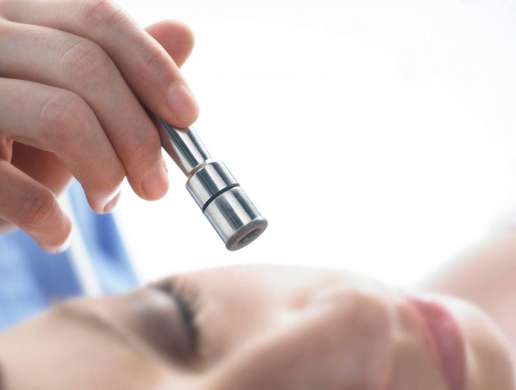 Что такое алмазный пилинг: эффективность, проведение процедуры
