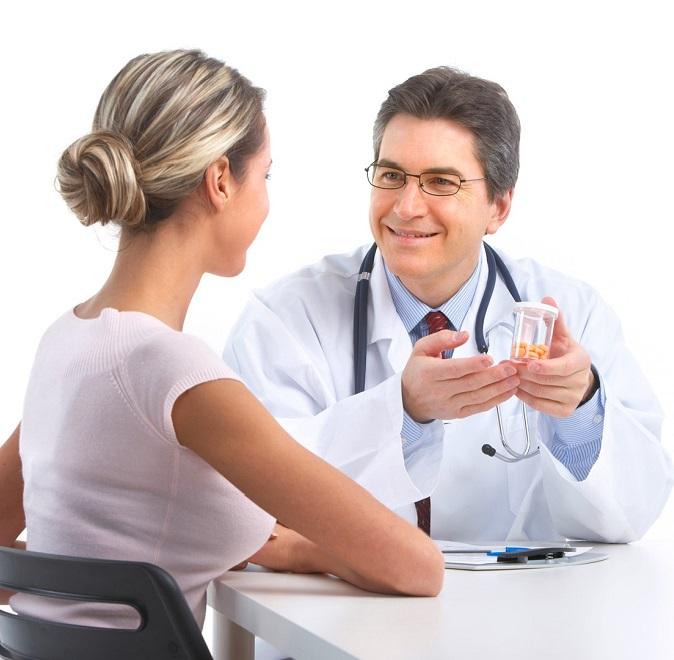 Врач назначает препараты девушке для лечения токсоплазмоза