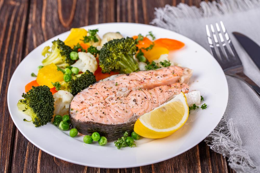готовый стейк форели и овощи на тарелке