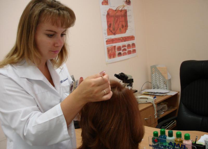 осмотр волос врачом