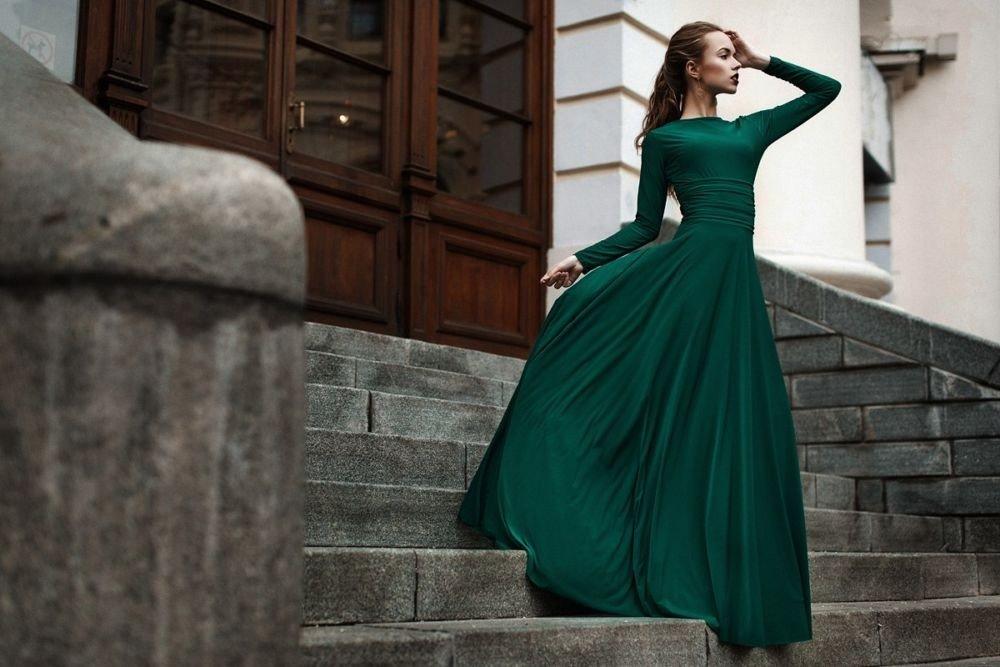 изумрудное платье на девушке, которая на лестнице