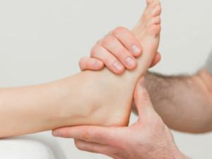 Врач определяет степень повреждения стопы